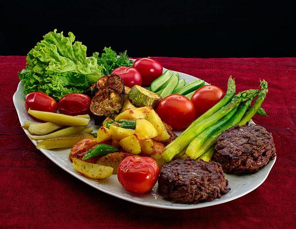 Народная еда: настоящий сочный гамбургер