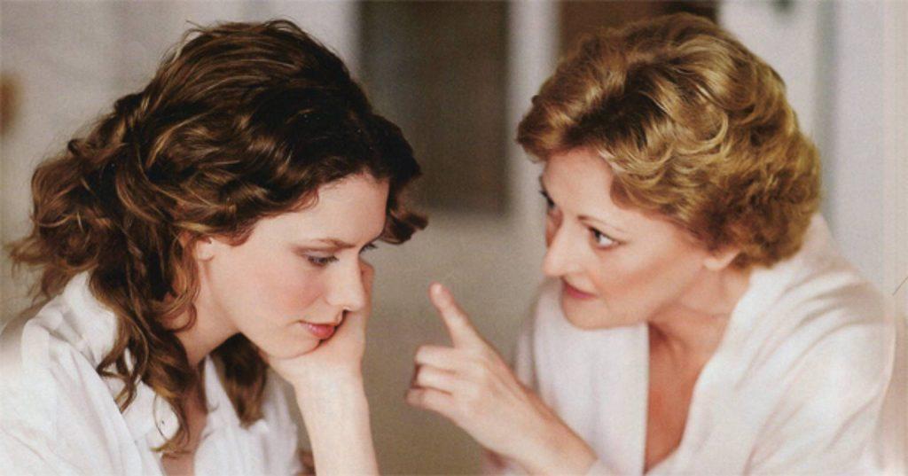 Почему мама всегда недовольна? Как прекратить упрёки и претензии?