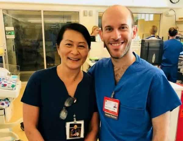 Медсестра узнала в коллеге-враче того самого малыша, которого она выходила 30 лет назад