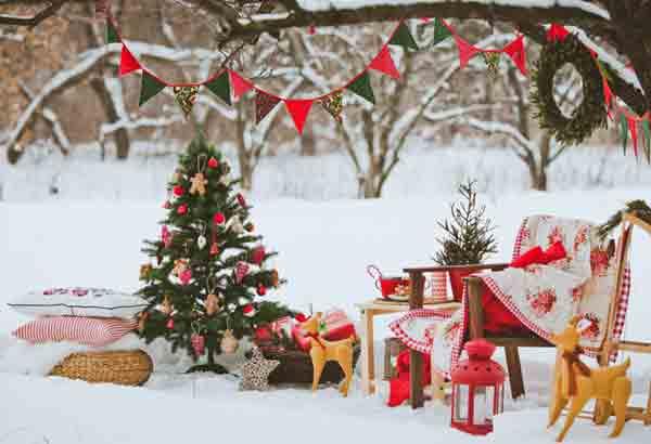 Как украсить в Новый год ель или сосну во дворе вашего дома?