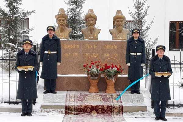 Открытие памятника трём казахским биям